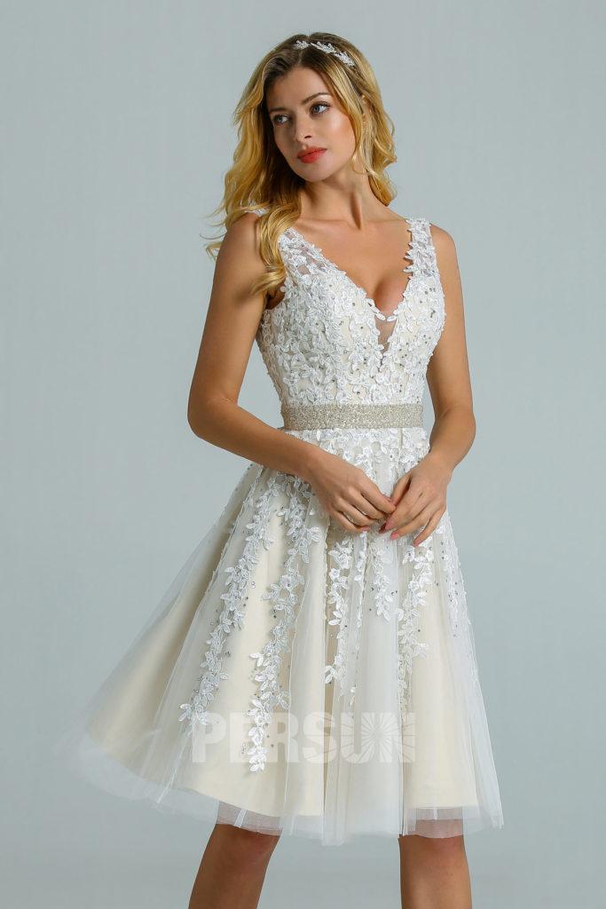robe de mariée courte col v en dentelle embelli de strass